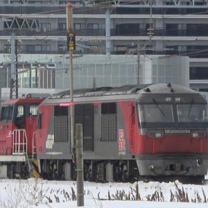 苗穂工場出場の構内入換機HD300がDF200牽引で札幌貨物ターミナルへ回送