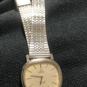 まだ動いているオメガの腕時計