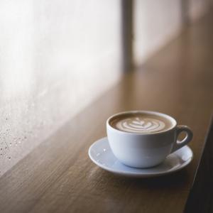 通勤ラッシュの時間はもったいない。早起きをして朝勉強+コーヒーが安いカフェで人生の幸福度を上げよう