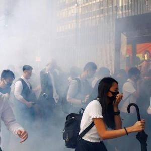 混迷の香港、夜間外出禁止令が出るという噂も