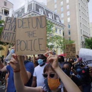 「警察解体」などと言い始めたデモ隊と市議会