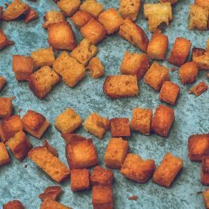 サラダやスープに最適!余った食パンで作る超簡単クルトンのレシピ