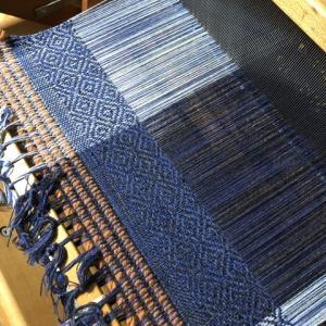 ラムウールの経糸、模様が出た、けど90cmほどしか織れない(T.T)