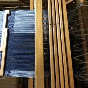 ラムウールの経糸、あと5cm織れるかな・・・。
