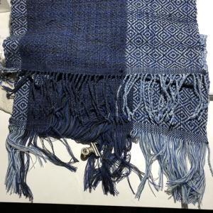 ラムウールの経糸、片側の房撚織りが終わったところで