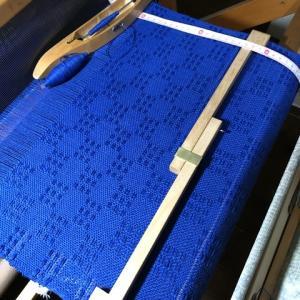 ラムウールのブルー、ボビン1個でおよそ20cm織れる、もうすぐ3個目