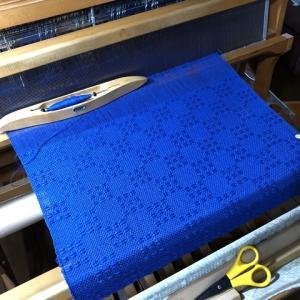 ラムウールのブルー、ボビン6個で123cm、やっと真っ白に積もって一安心(^_^;)