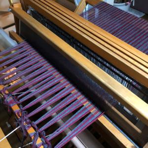 グレーとローズで綾千鳥、後ろに巻き終えて前を結んだ、織り機の調整もした(初)