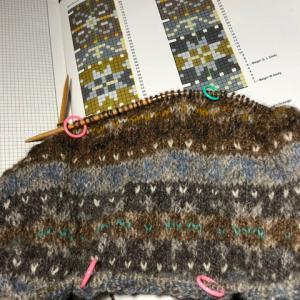 フィンランド毛糸で古典模様、羊模様、ムムム、、、