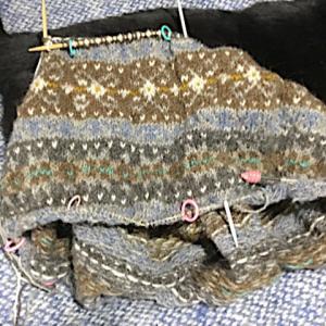 フィンランド毛糸で古典模様、やっと羊模様を通過、ジュライ猫らしく2枚
