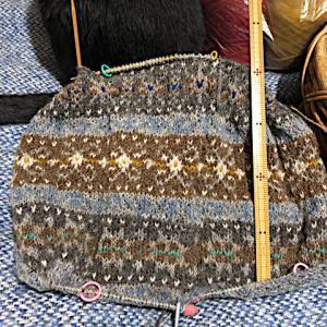 フィンランド毛糸で古典模様、黙って繰り返せばいいものをつい、、、😅