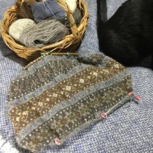 フィンランド毛糸で古典模様、ちょうど糸の切れ目なのでゴム編みに