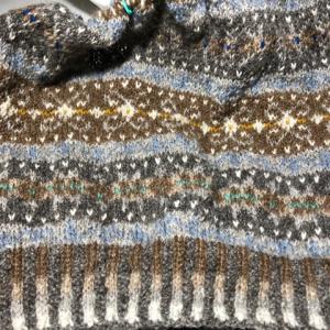 フィンランド毛糸で古典模様、裾のゴム編みできた、うかうかと寝てしまった😅