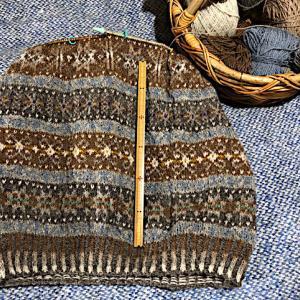 フィンランド毛糸で古典模様、28目の模様終わり脇下まで来た、この糸で整経したい、、、。