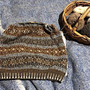 フィンランド毛糸で古典模様、袖ぐりの減目開始、ジュライの糸仕事(⌒-⌒; )