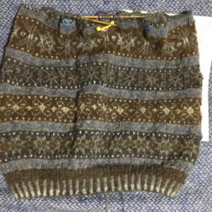 フィンランド毛糸で古典模様、中心を合わせて袖、襟減目開始、14時から降っていま40cm