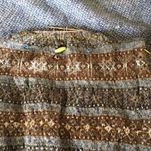 フィンランド毛糸で古典模様、袖ぐりの減目終わり、生涯最後であろう黒の経糸10羽/cm