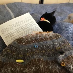 フィンランド毛糸で古典模様、解いて編み直し、黒のウール綜絖に少し通った