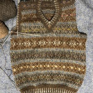 フィンランド毛糸で古典模様、右袖ぐり後少し、明日完成かも、、、(びみょー