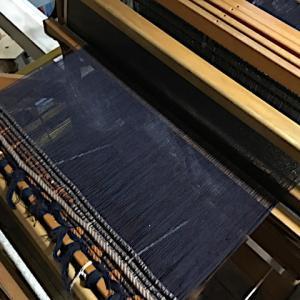 黒の経糸、織りつけ出来た、横糸候補たち(一部😓)、袖ぐり復活。