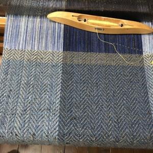アルパカの端糸で杉綾マフラー16、160cm中、最高気温22.4℃、土砂降りの後はひんやり