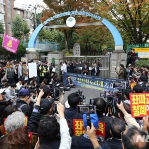 ソウルの高校生、集団行動