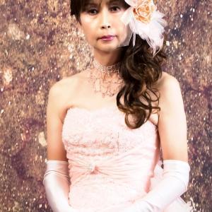 サロンでおめかし(53) 20年6月 ドレス編 かつては高価なドレス、顔より大きな髪飾りで
