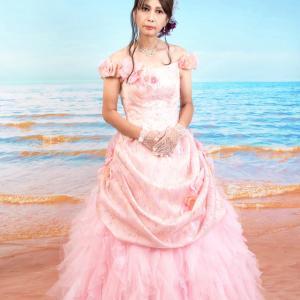 サロンでおめかし(57) 20年7月 ドレス編 遊び心のヘアアレンジで楽しむドレープドレス