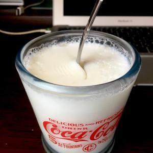372 PCをしながら,牛乳寒天を食べる