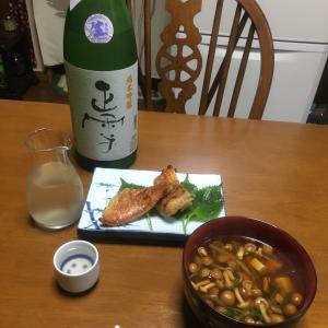 384 赤魚の醤油漬焼となめこの醤油汁を肴に,にごり酒で晩酌。