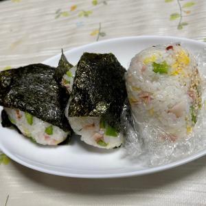 721 ベーコンとピーマンの寿司おむすびをにぎる。