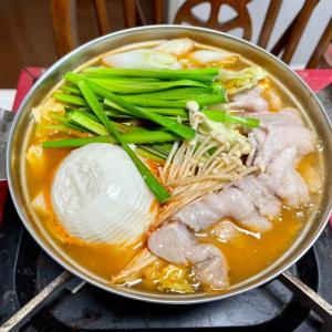 722 豚キムチ鍋を,カセットコンロでつくる。
