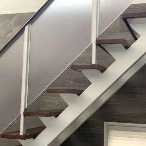 リビング階段にベビーゲートを取り付ける方法。