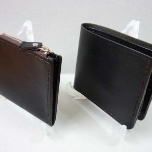 二つ折財布 と コインケース を持つ