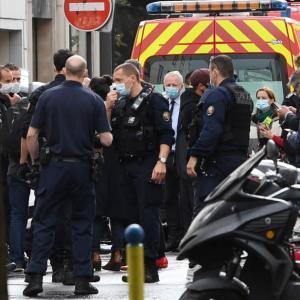 速報【パリ】 仏紙シャルリー元事務所付近で刃物襲撃