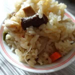 休日のお昼ストウブ鍋で炊き込みご飯を作ってみました・