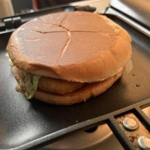 マクドナルドのハンバーガーをホットサンドメーカーで焼いてみた!