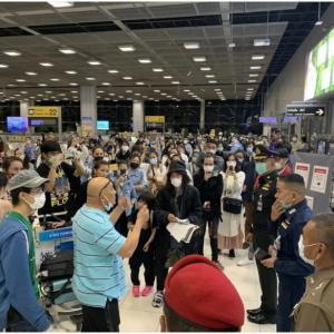 日本から帰国したタイ人空港で抗議活動