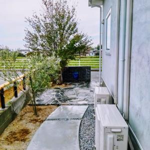 <庭づくり>工事完了!石張りでアクセント、モルタルの小路とウッドフェンスです。
