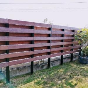 <庭づくり>イタウバのウッドフェンス。施工から3か月後の褪色具合。