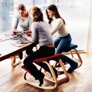 在宅での仕事に最適なチェア♪ よい姿勢と深い呼吸を促し、思考力を高めます。