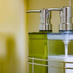 詰め替えボトルの交換時期や正しい洗い方とは?アルコールやシャンプー、洗剤を清潔に保つ方法をご紹介!