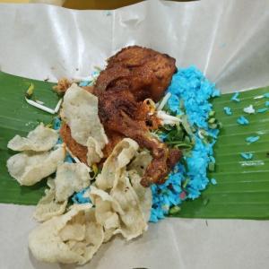 マレーシア料理 青いご飯のナシケラブ(Nasi Kerabu)