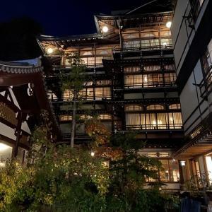 夜の渋温泉街で呑む 【 餃子が旨い来々軒 】 金具屋ライトアップ