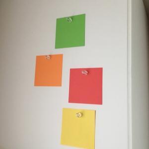 壁に穴も開けないで、テープも貼ったりしないで掲示物を飾る工夫。