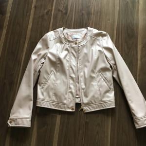 手放した秋の服:合皮のノーカラージャケット。