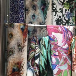 スカーフ売り場でパーソナルカラーの勉強(ショッピング同行のエピソード)。