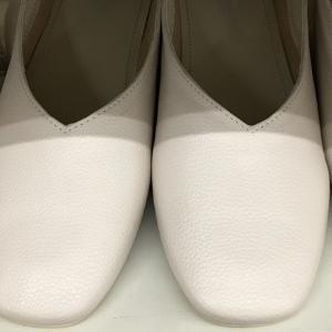 白い靴はコーデに便利でおすすめ。パーソナルカラースプリングならアイボリーを。