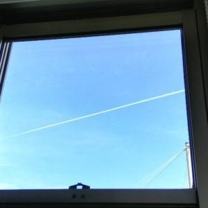 青空と飛行機雲。