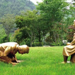 少女像にひざまずく男性像 韓国の植物園が制作
